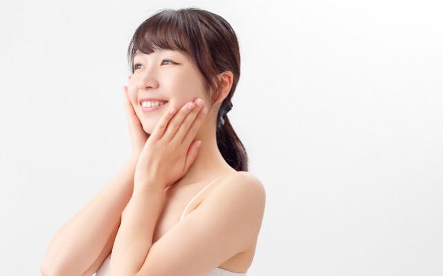 30代ママがお肌を綺麗にするためにハンドプレスをする画像