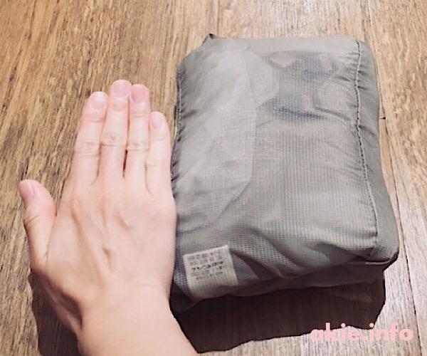 モンベルポケッタブルベビーキャリアの抱っこ紐と手の平でサイズを比較した画像