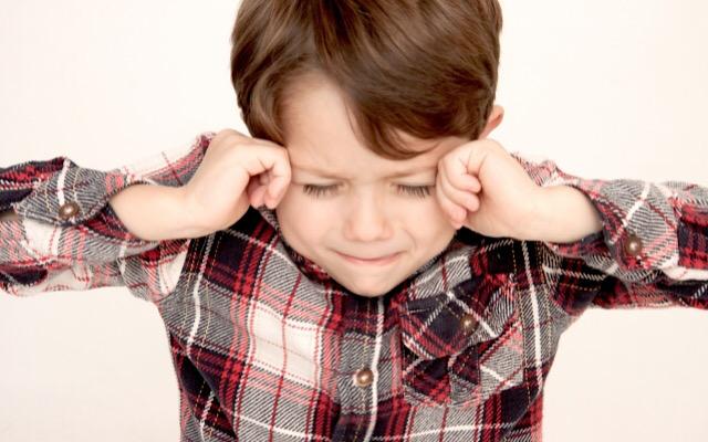 鼻水を吸わなくて病気になり泣く子供の画像