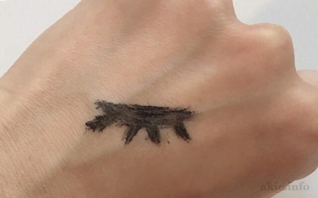 手の甲にウォータプルーフのマスカラを塗った画像