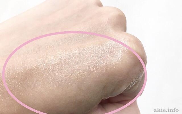エリクシールエステティックエッセンスのクリームを手の甲に伸ばした画像