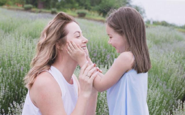 綺麗な30代ママと子供が笑っている画像