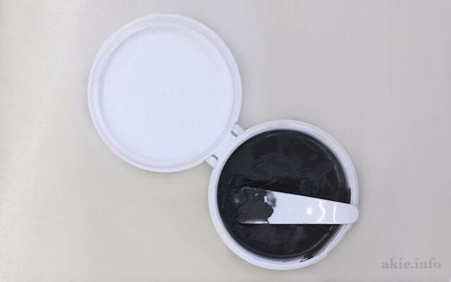duoのクレンジングバーム黒の蓋を開けてスパチュラですくっている画像