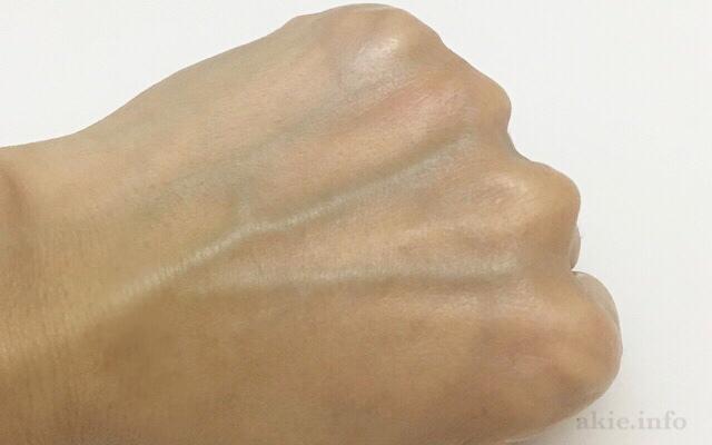 マナラを洗い流した後の手の甲の画像