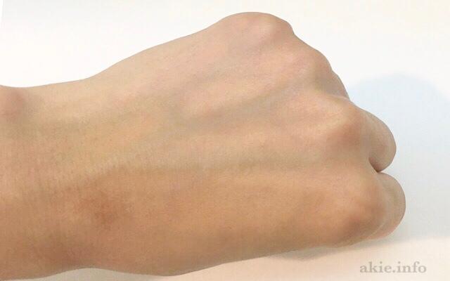 フルリクリアゲルクレンズを使ったことで、手の甲のメイクが落ちた画像